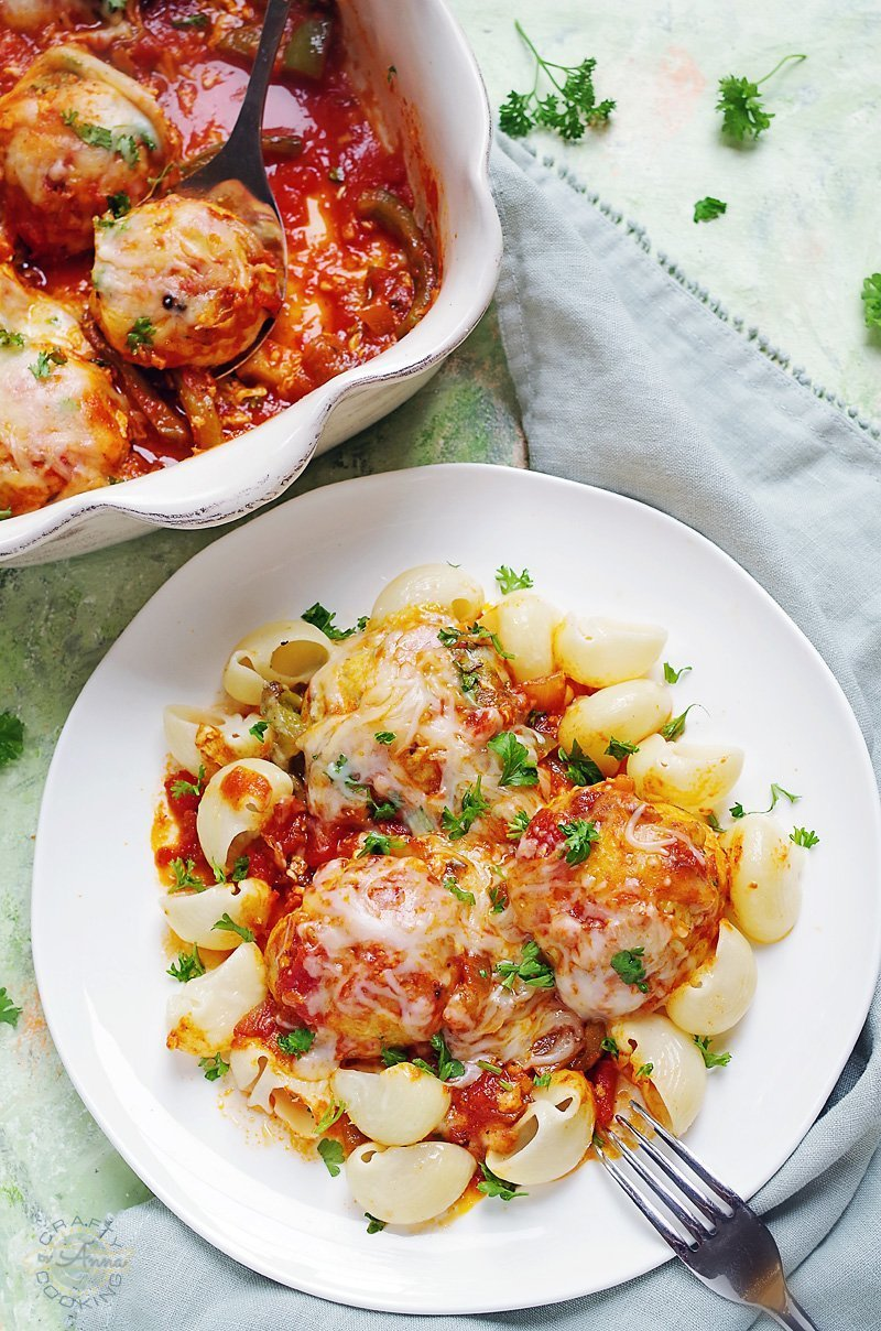 Chicken Parmesan Meatballs! Super easy to make at home and takes almost no time to prepare. These meatballs are juicy, soft and full of flavor!